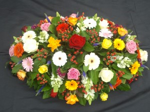 Gemengd rouwstuk met rozen, bloemstuk