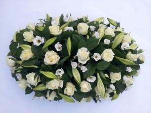 Wit rouwstuk met witte rozen, bloemstuk