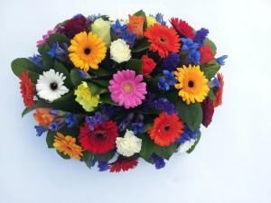 Gekleurd rouwboeket, bloemstuk