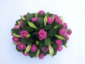 Rouwstuk rose rozen en witte lelies, bloemstuk