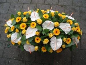 Bloemstuk gele rozen, witte anthuriums, gele gerbera's
