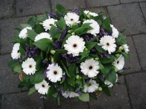 Rouwboeket wit paars, bloemstuk