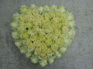 Hart met witte rozen